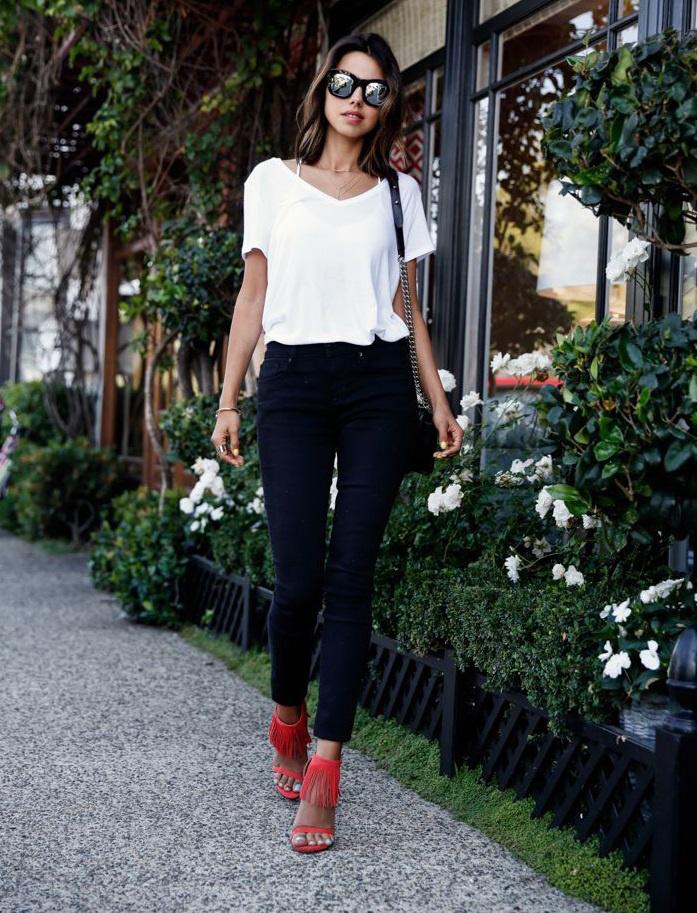 A sima, fekete nadrág, fehér póló kombináció mindenhová szuper választás, de vigyél bele egy kis extrát, és válassz hozzá egy színes cipőt vagy egy szép táskát, hogy izgalmasabb legyen.