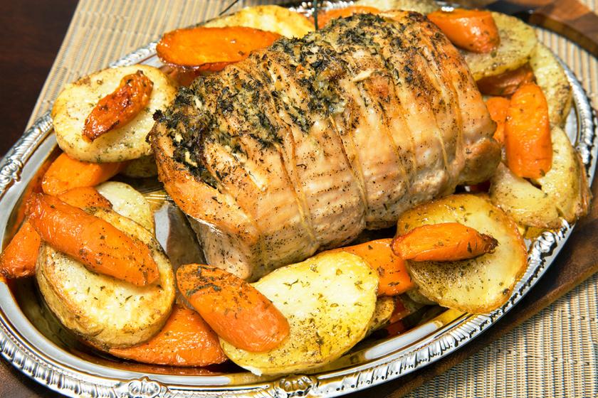 Szaftos, omlós, zöldséges sertéssült: egyszerre sül a hús és a köret