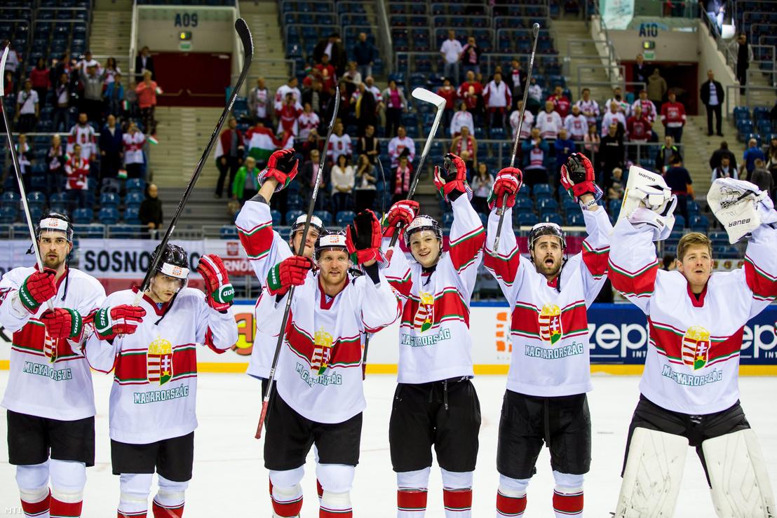 Magosi Bálint, Hári János, Benk András, Erdély Csanád, Tyler Metcalfe és Bálizs Bence a győztes magyar válogatott tagjai ünnepelnek a divízió I/A osztályos jégkorong-világbajnokság Magyarország - Olaszország mérkõzés végén Krakkóban a Tauron Arénában 2015. április 22-én.