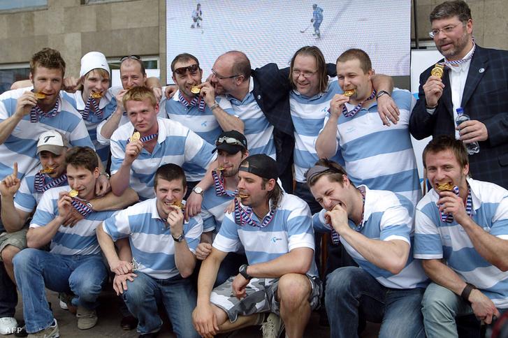 A magyar csapat ünnepel a Szapporóból való hazatérés után 2008 áprilisában.