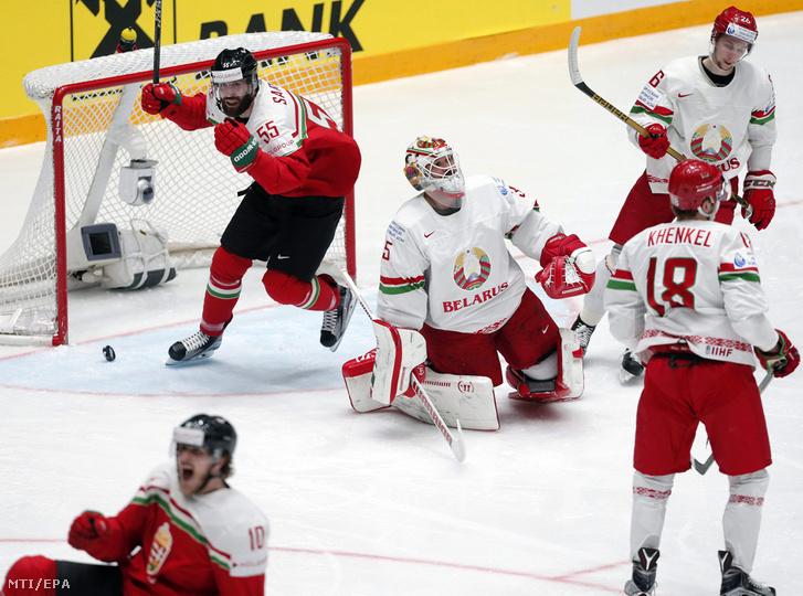 A magyar Sarauer Andrew (kapu előtt) miután gólt lőtt Kevin Lalande fehérorosz kapusnak (k) az oroszországi jégkorong-világbajnokság B csoportjának hatodik fordulójában Szentpéterváron 2016. május 14-én.