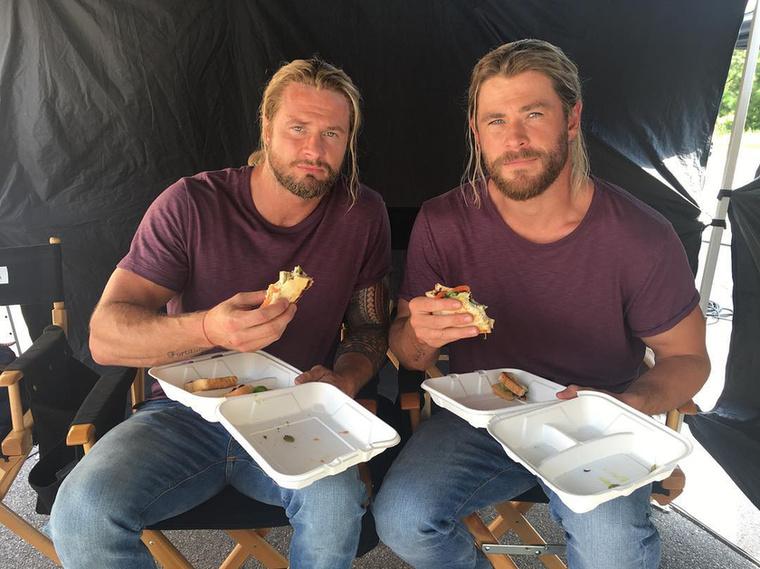 De velük mégsem készített ennyi és ilyen kiváló fotókat, mint Hemsworth-tel, akivel ezen a képen egy forgatási szünetében szendvicset majszolnak.