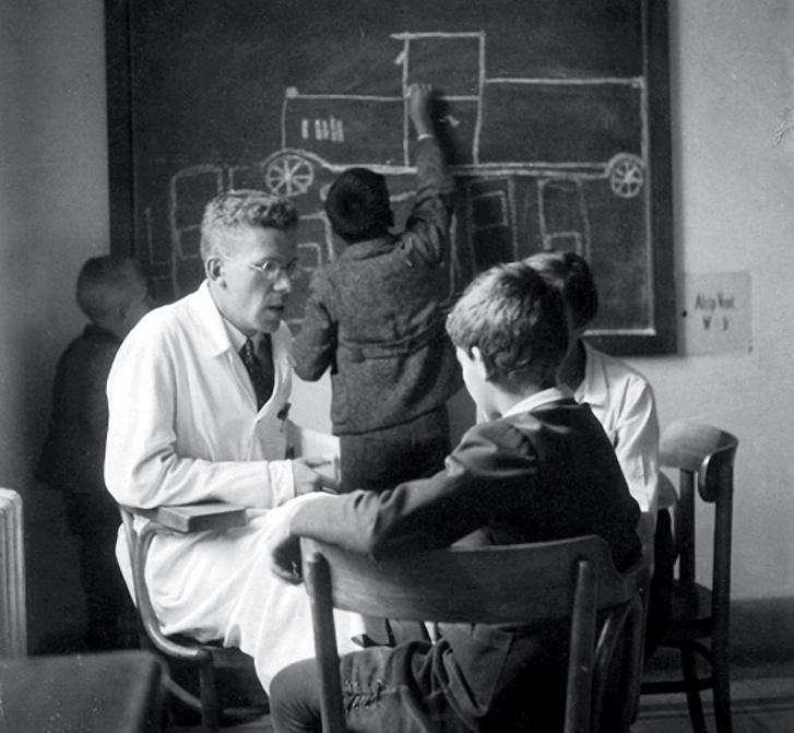 Hans Asperger gyerekeket vizsgál a Bécsi Egyetemen (1938)
