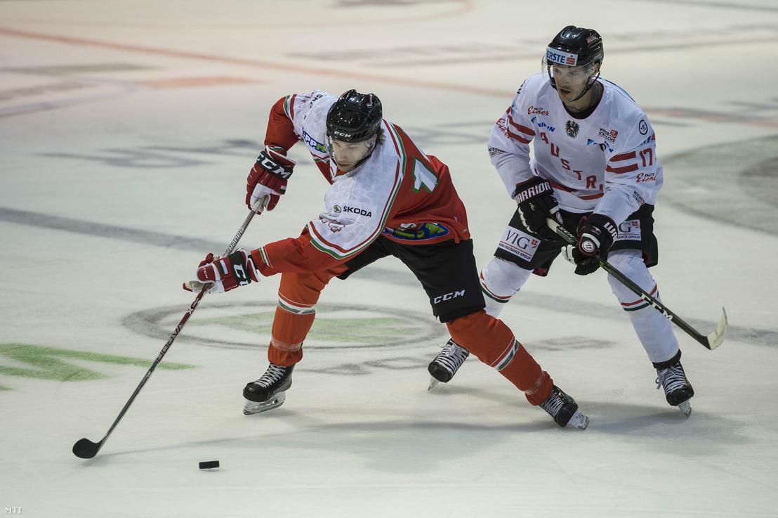 Sebők Balázs (b) a magyar és Manuel Ganahl az osztrák jégkorong-válogatott játékosa a Magyarország - Ausztria felkészülési mérkőzésen Székesfehérváron 2018. április 4-én.