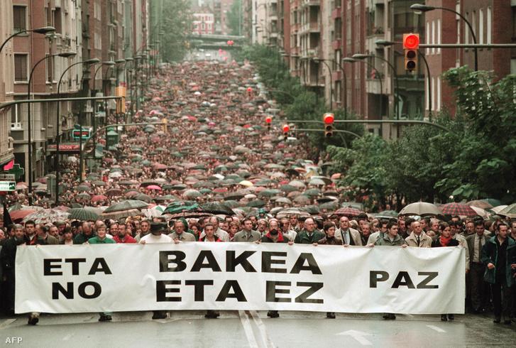 Az ETA ellen tüntetők Bilbaóban, 2000 októberében