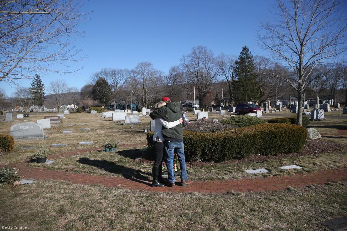 Benjamin Comparone halálának évfordulóján gyászolnak családtagjai egy Plantsville-i temetőben, Connecticutban 2016. március 6-án. A 27 éves fiatal herointúladagolás miatt vesztette életét.