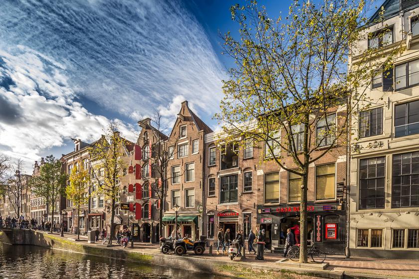 """A hollandok turistaellenes graffitikkel - leggyakoribb szlogenjük az """"Állítsuk meg a tömegturizmust!"""" - festették tele azon épületek falait, melyeket illegálisan adtak ki a látogatóknak."""