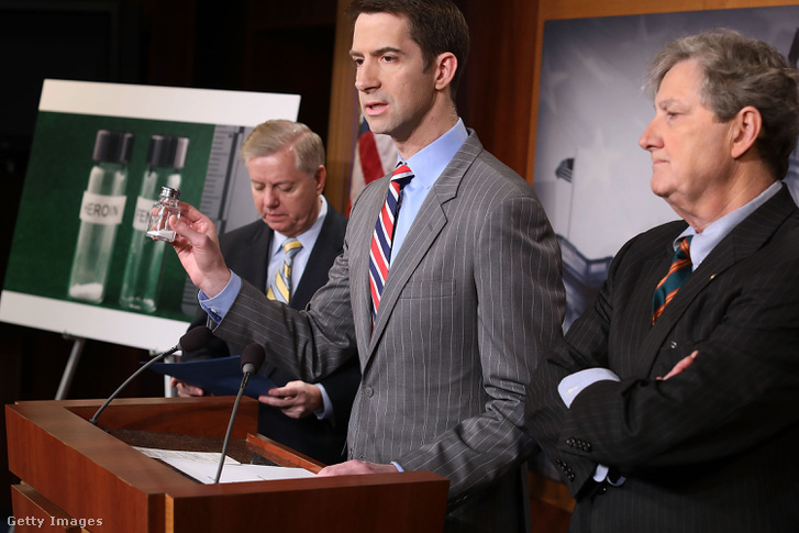 Lindsey Graham és Tom Cotton szenátorok sajtótájékoztatója a fentanil hatásairól és annak terjesztésének szankcióiról Washingtonban 2018. március 22-én. Balra a kép a heroin és a fentanil halálos adagját mutatja be.