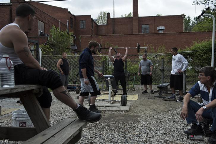 Terápiások a Nyugat-Virginia állambeli Huntigton egyik drogrehabilitációs intézetében, 2017. április 19-én.