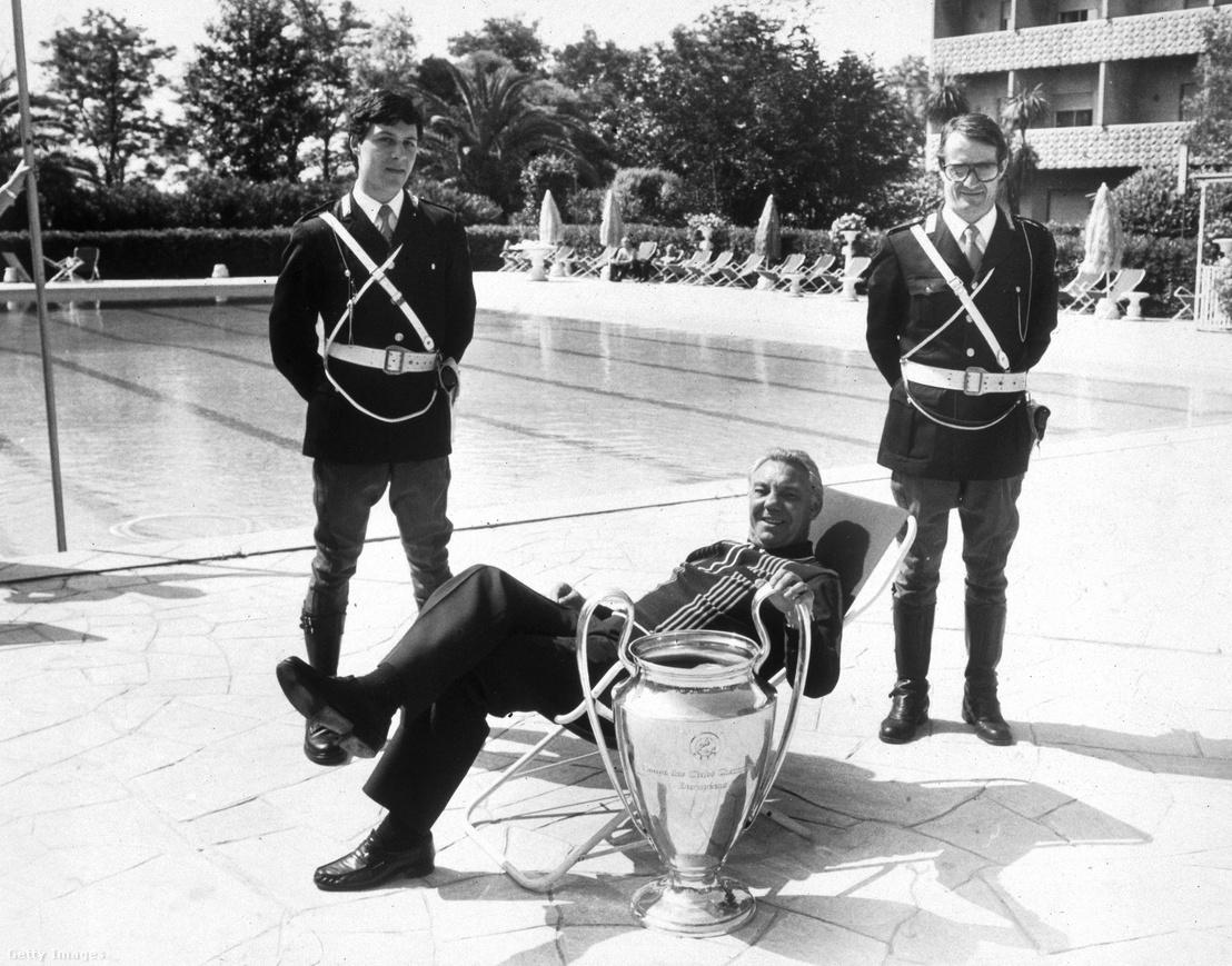 Joe Fagan a Liverpool akkori menedzsere a kupával 1984 májusában