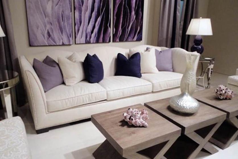 Összetett a nappali berendezése, mégis totális harmónia uralkodik benne a bézs és levendula színpár miatt. A hatáshoz a fal, a padló, az asztal és a kanapé viselje a bézs valamely árnyalatát, és csak a kiegészítők legyenek lilák.
