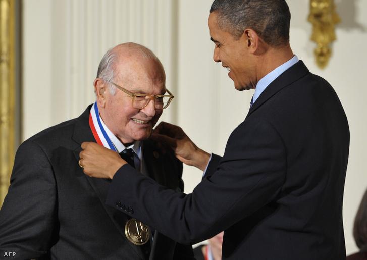 Barack Obama amerikai elnök kitünteti Harry Coover vegyészt a pillanatragasztó felfedezéséért