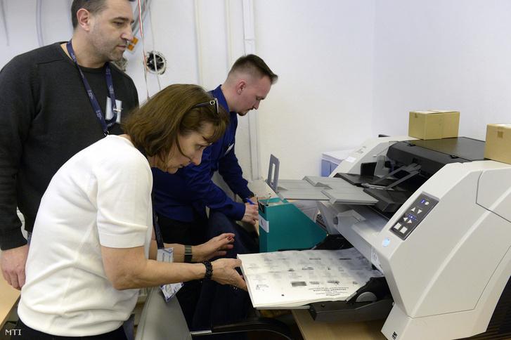 A levélszavazatokat szkennelnek a Nemzeti Választási Iroda (NVI) budapesti székházában az országgyűlési képviselő-választás napján, 2018. április 8-án.