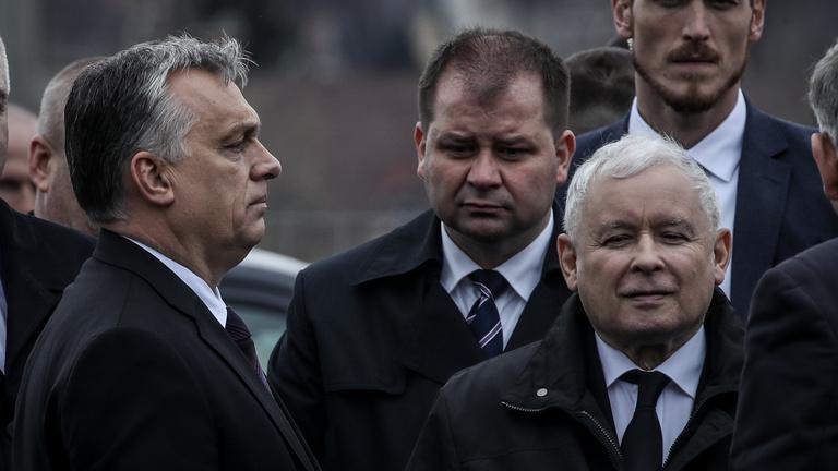 Mi tartja hatalmon Orbánt?