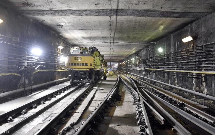 Markológép a 3-as metróvonal felújítás alatt lévő Újpest-központ megállóhelye egyik kihúzóvágányán 2018. március 27-én. A tavaly év végén kezdődött felújítási munkálatok során megújulnak a 3-as metróvonal északi szakaszán az Újpest-központ, az Újpest-városkapu, a Gyöngyösi utca, a Forgách utca, az Árpád híd és a Dózsa György út metróállomások és az alagútszakaszok. A tervek szerint a munkálatok egy évig tartanak.