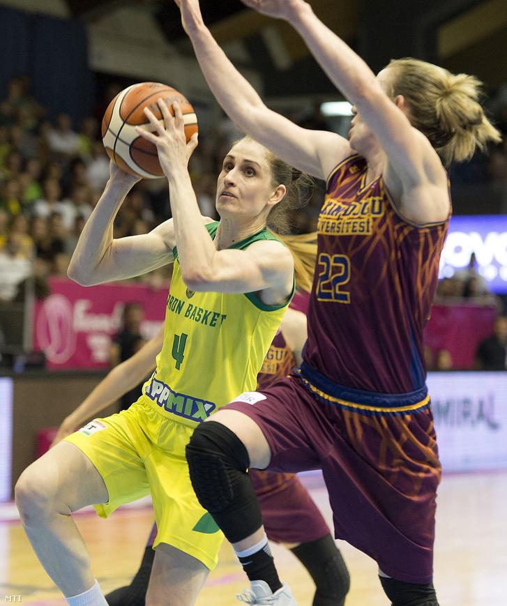Fegyverneky Zsófia (b) a Sopron és Courtney Vandersloot, a török Yakin Dogu Üniversitesi játékosa a női kosárlabda Euroliga elődöntőjében játszott Sopron Basket - Yakin Dogu Üniversitesi mérkőzésen a soproni Novomatic Arénában 2018. április 20-án.