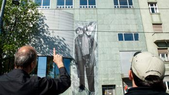 Többemeletes portrét kapott a francia legenda Budapesten