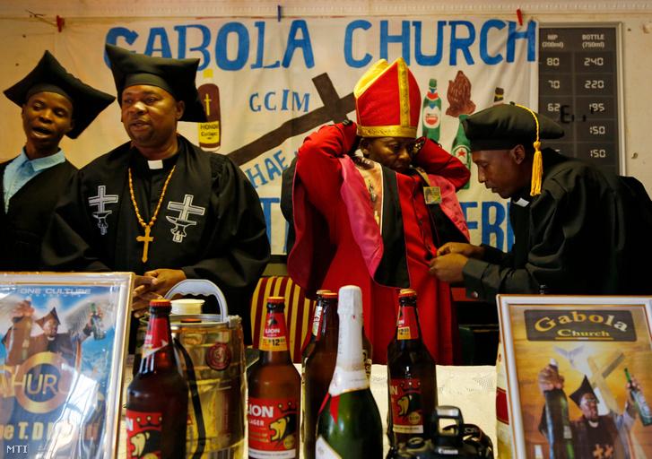 Tsietsi Makiti az általa alapított Gabon egyház önjelölt pápája (j2) misere készülõdik