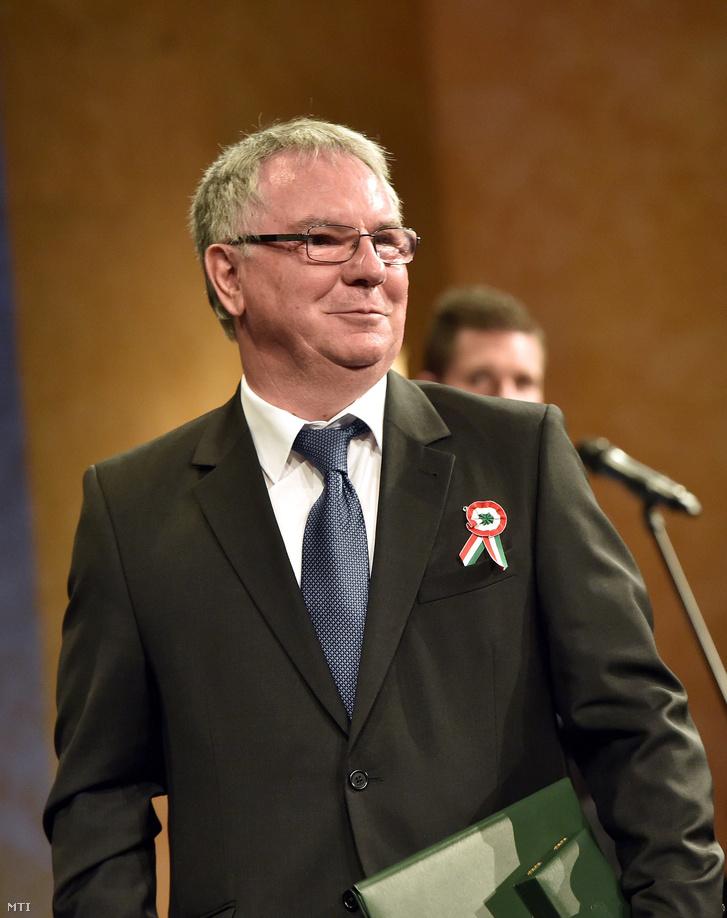 Dobos Menyhért a Duna Médiaszolgáltató Nonprofit Zrt. vezérigazgatója az 1848-49-es forradalom és szabadságharc évfordulója alkalmából tartott ünnepségen a Pesti Vigadóban, ahol átvette a Magyar Érdemrend Lovagkereszt polgári tagozat kitüntetést 2017. március 14-én.