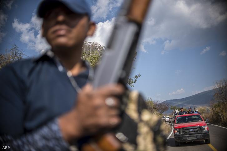A Guerrero Közösségi Rendőrség tagjai 2018. március 24-én Héliodoro Castillo-ban, Guerrero államban. Guerrero hegyeiben a mexikói hadsereg folyamatos műveletei ellenére az illegális ültetvényeken a mák termesztése és a máktej termelése egyre növekszik . A termelési területeket ellenőrző kis kartellek közötti konfliktusok is fokozódnak.