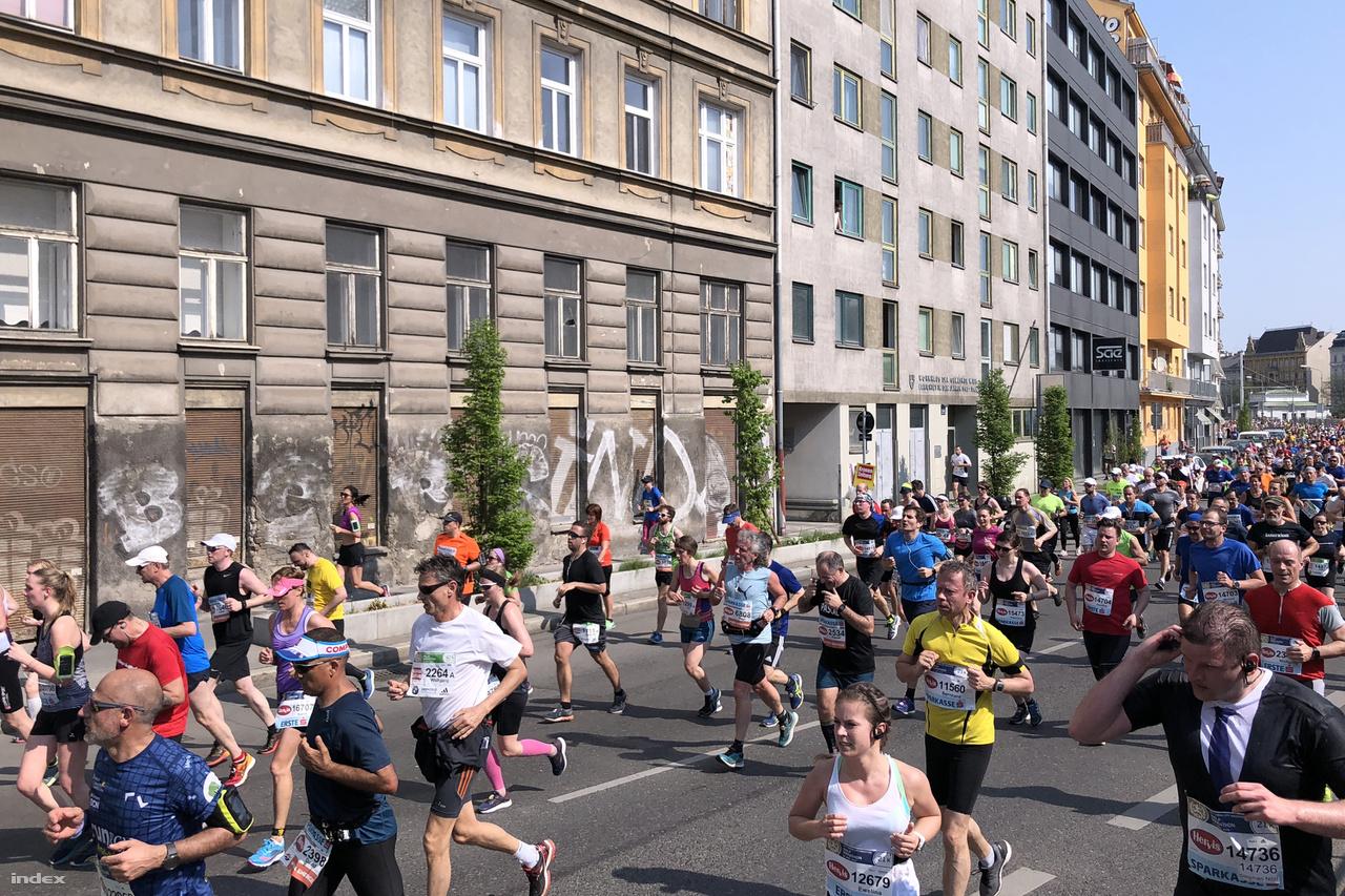 A kép jobb alsó sarkában egy izzadt testőrnek tűnő futó hallgat bele headsetjébe. Vajon mi vagy ki szólhat benne?