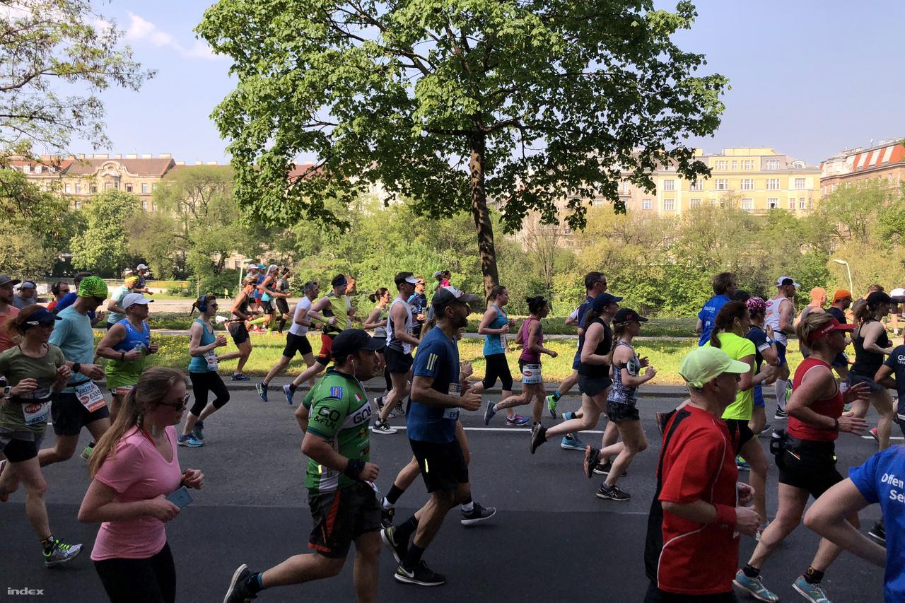 Az első 5-6 kilométert aránylag egy tömegben futottuk, ami kissé belassította a haladást.