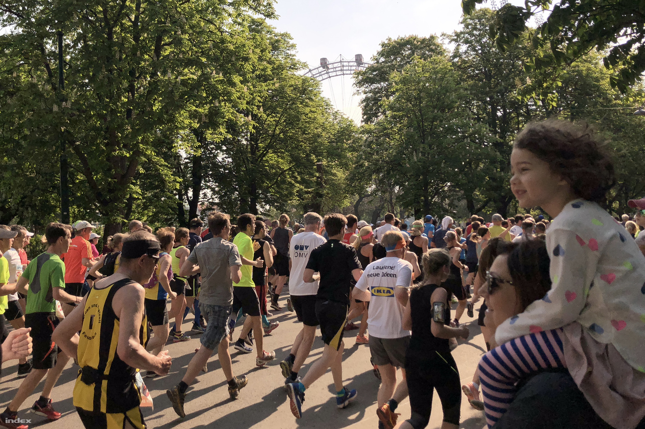 A Práter nemcsak a bécsi vidámparkot jelenti, hanem az azt körülvevő nagy parkot is, ahová csakúgy mint a budapesti Városligetbe, rengetegen jöttek ki családostul a hétvégén. Egy részük akarva, egy részük akaratlanul is nézővé vált.