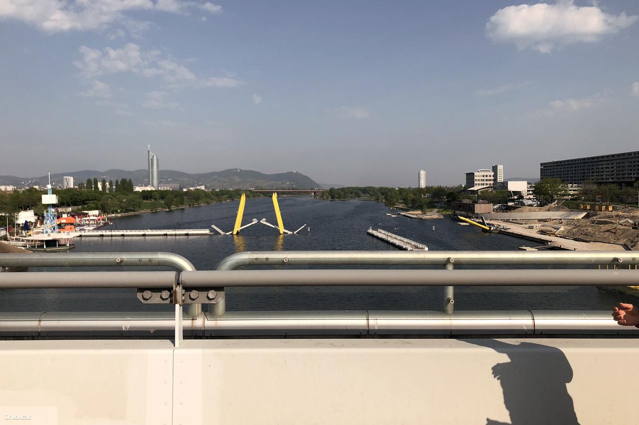 A Reichsbrückén keltünk át a két Duna-ágon és a keskeny Donauinselen, azaz a Duna-szigeten. A hídról jól lehetett látni a szabadidőközponttá alakított part egyik fő strandját, a Copa Cagranát.