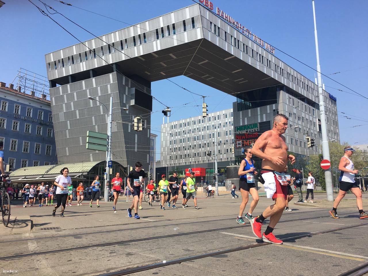 A Westbahnhof fura épületénél már sokan nekivetkőztek, és félmeztelenül kocogtak a 29 fokos hőségben.