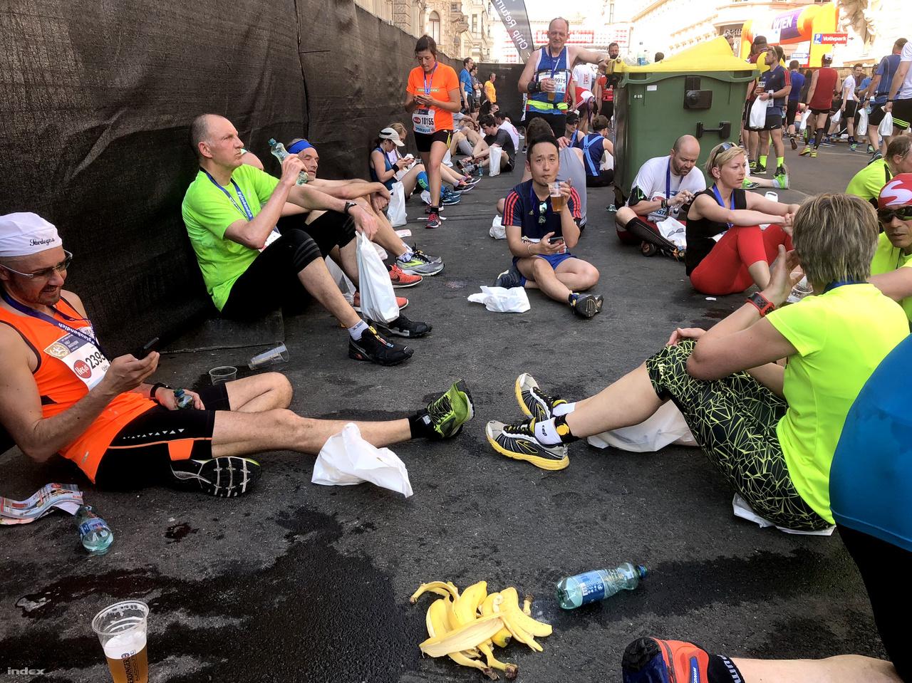 Elgyötört futók töltik újra kimerített energiatartályaikat.
