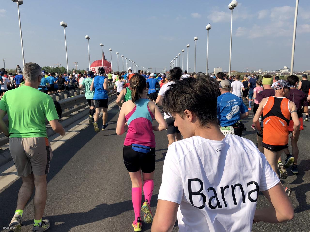 Nem is csoda, mert az eseményen majdnem 42 ezren indultak a maratoni és a félmaratoni távon, valamint váltóban. Köztük sok magyar.