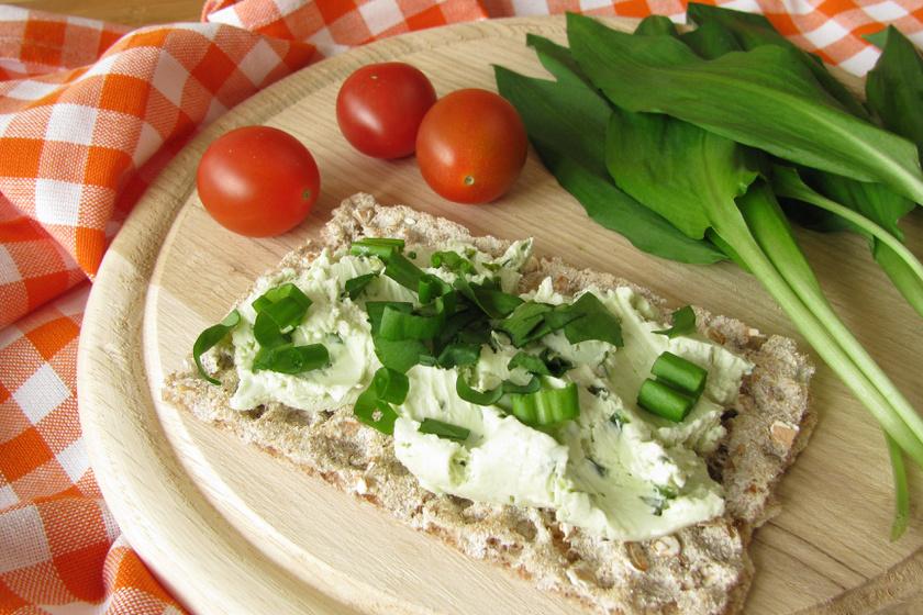 Friss, ízes, medvehagymás sajtkrém: ezt kend a kenyeredre vaj helyett