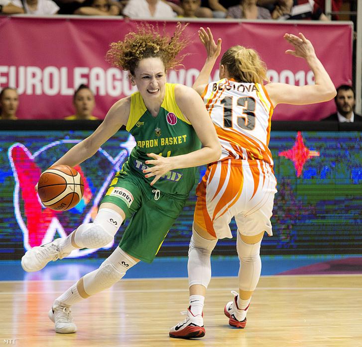 Aleksandra Crvendakic (b), a Sopron és Jelena Beglova (j), az orosz Jekatyerinburg játékosa a női kosárlabda Euroliga döntőjében, a Sopron Basket - Jekatyerinburg mérkőzésen a soproni Novomatic Arénában 2018. április 22-én. Az orosz csapat 72-53-ra győzött.