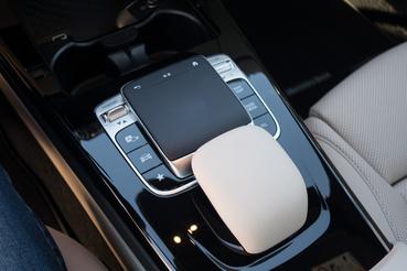 A touch pad jól működik, a lakk fekete középkonzol viszont nagyon sérülékeny