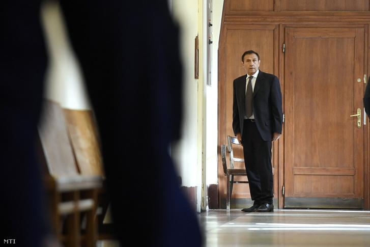 Gyárfás Tamás volt úszószövetségi elnök és médiavállalkozó várakozik tárgyalására a Budai Központi Kerületi Bíróság folyosóján 2018. április 20-án.