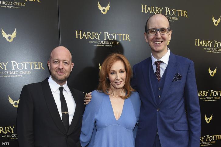 John Tiffany rendező, J.K. Rowling angol írónő és Jack Thorne angol forgatókönyvíró (b-j) a Harry Potter és az elátkozott gyermek (Harry Potter and the Cursed Child) című kétrészes színdarab bemutatójára érkezik a New York-i Lyric Színházba 2018. április 22-én.