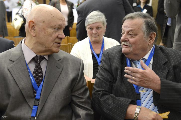 Vlagyimir Dzsanibekov (balra) és Magyari Béla Farkas Bertalan űrrepülésének 35. évfordulója alkalmából rendezett ünnepségen a Budapesti Műszaki és Gazdaságtudományi Egyetemen 2015. május 26-án.