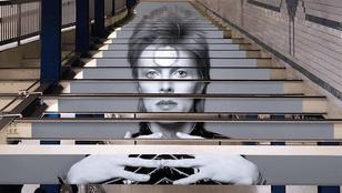 David Bowie-nak öltözött egy metrómegálló