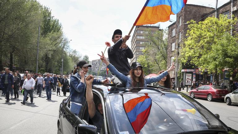 Tüntetések söpörték el Örményország erős emberét