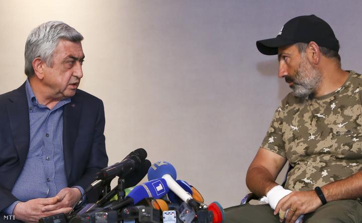 Szerzs Szargszján miniszterelnökké választott korábbi örmény államfő (b) és Nikol Pasinján ellenzéki vezető tárgyal Jerevánban 2018. április 22-én. Pasinjánt, aki lemondásra szólította fel Szargszjánt, később egy tüntetésen őrizetbe vették.