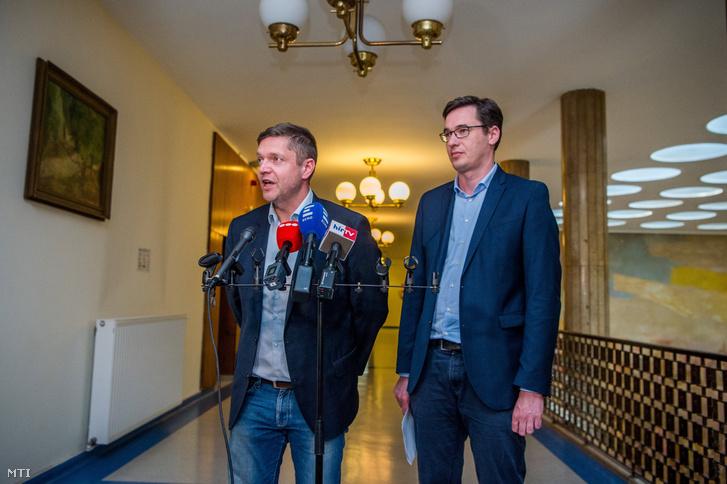 Tóth Bertalan, az MSZP-Párbeszéd frakciószövetség vezetője beszél, mellette Karácsony Gergely, a Párbeszéd társelnöke a Lehet Más a Politika (LMP) által kezdeményezett ellenzéki egyeztetés előtt az Országgyűlés Irodaházban 2018. április 23-án.