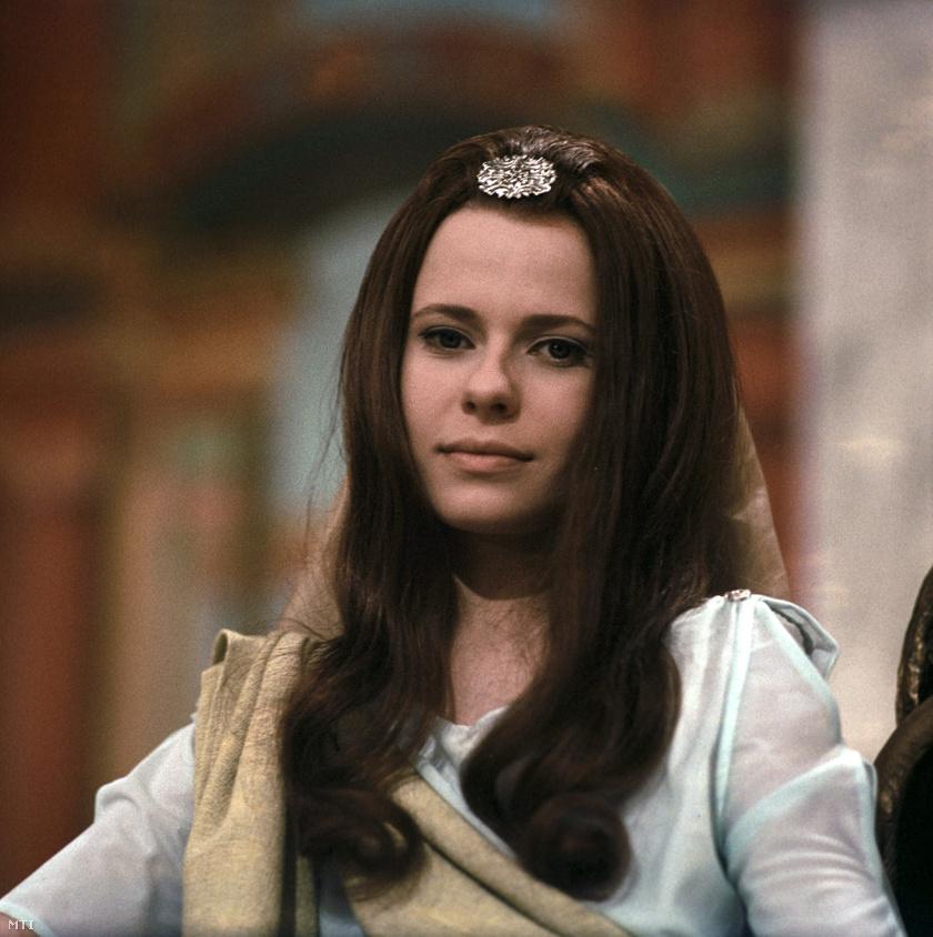 Esztergályos Cecília a Rézpillangó című filmben hosszú, barna hajjal szerepelt. Te felismernéd így?