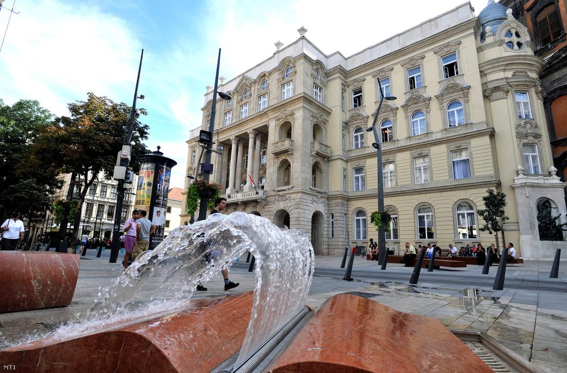Az Eötvös Loránd Tudományegyetem Állam- és Jogtudományi Karának felújított épülete a belvárosi Egyetem téren 2012. szeptember 10-én