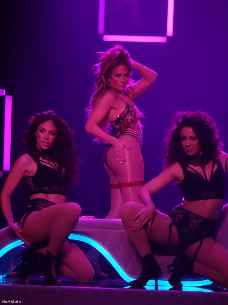 Jennifer Lopez barátnéi segítenek még forróbbá tenni a hangulatot.