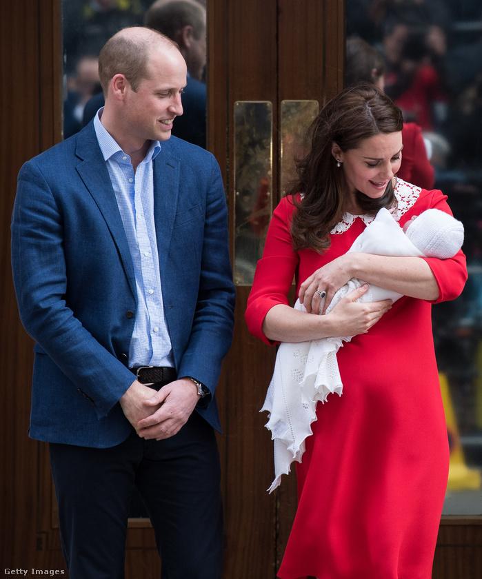 A szülés után nem sokkal pedig ki is vitték a friss, riporterekkel és fotósokkal teli levegőre a királyi család legfiatalabb tagját.