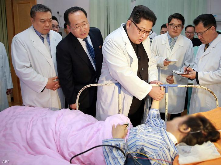 Kim Dzsongun a kórházban látogatta meg a sérülteket