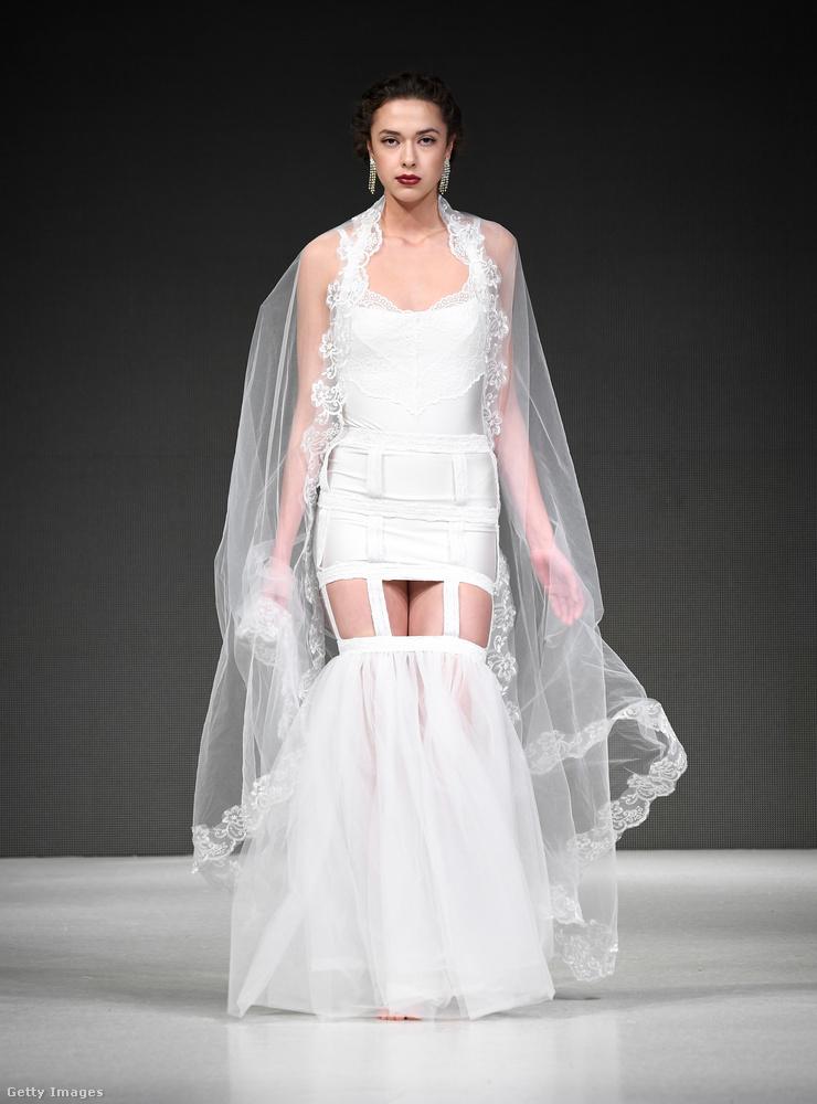A nyár az esküvők szezonja, a tavasz pedig az esküvői divatbemutatók szezonja, igaz, aki idén nyáron szeretne férjhez menni, az már valószínűleg kicsit el van késve, ha csak most kezd divatbemutatókat nézegetni