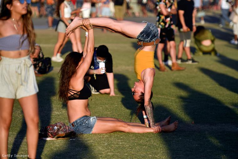 bemutassuk a Coachella csajszijait, akik például a mellékelt ábra szerint jógáznak.