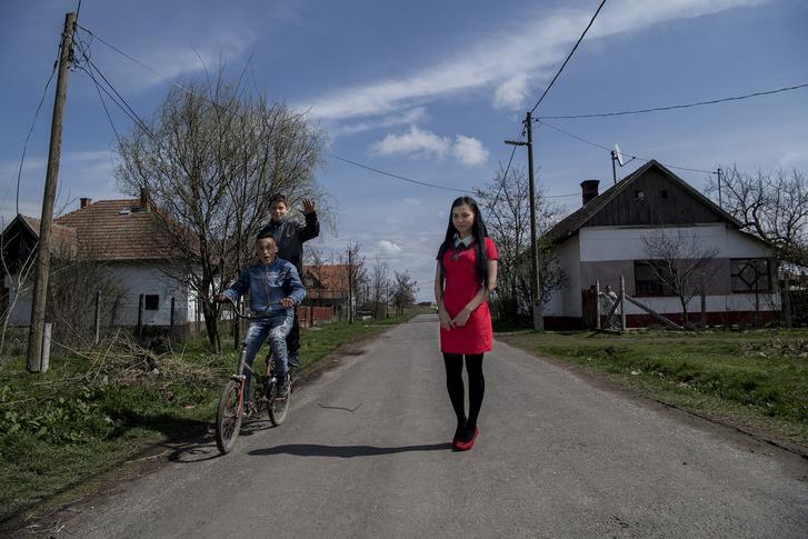 Irénke a főiskola után Budapestre költözne, ki akar szakadni Tiszabőről.