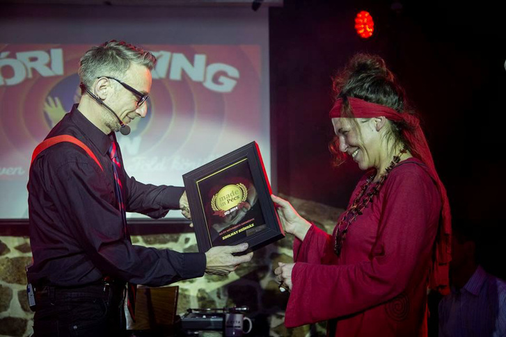 Kiss Mónika átveszi a legjobb pécsi kezdeményezéseknek járó Made in Pécs díjat 2015-ben a Zsolnay Színház működtetéséért